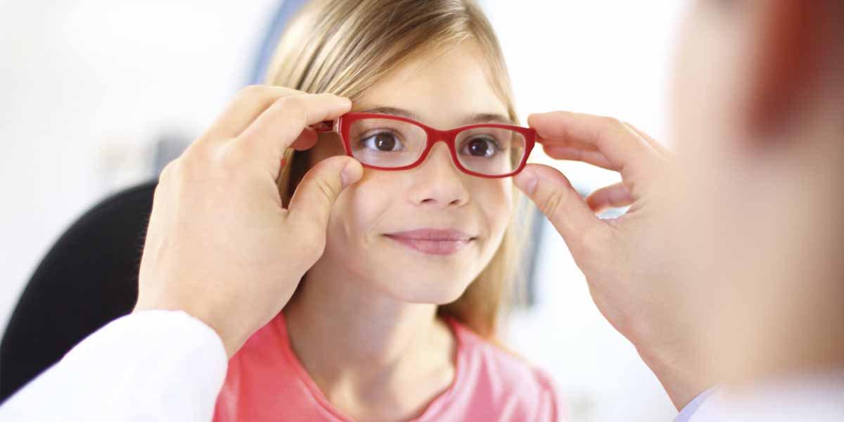 Occhiali o lenti a contatto? Come scegliere la montatura giusta per i bambini