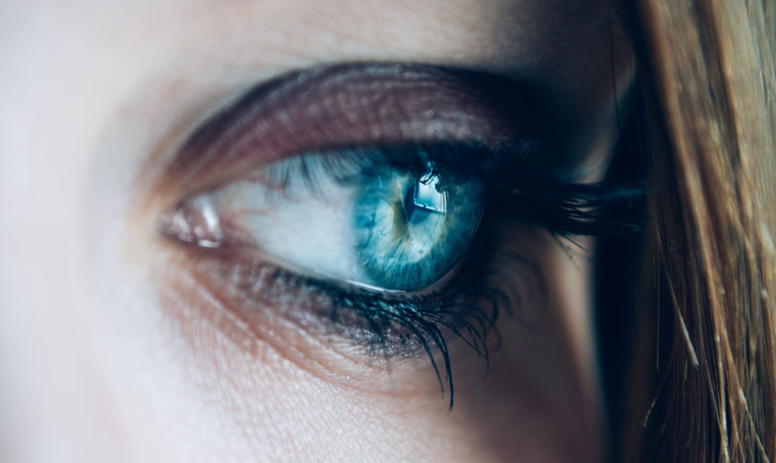 Occhi chiari o occhi scuri: quali sono i più delicati